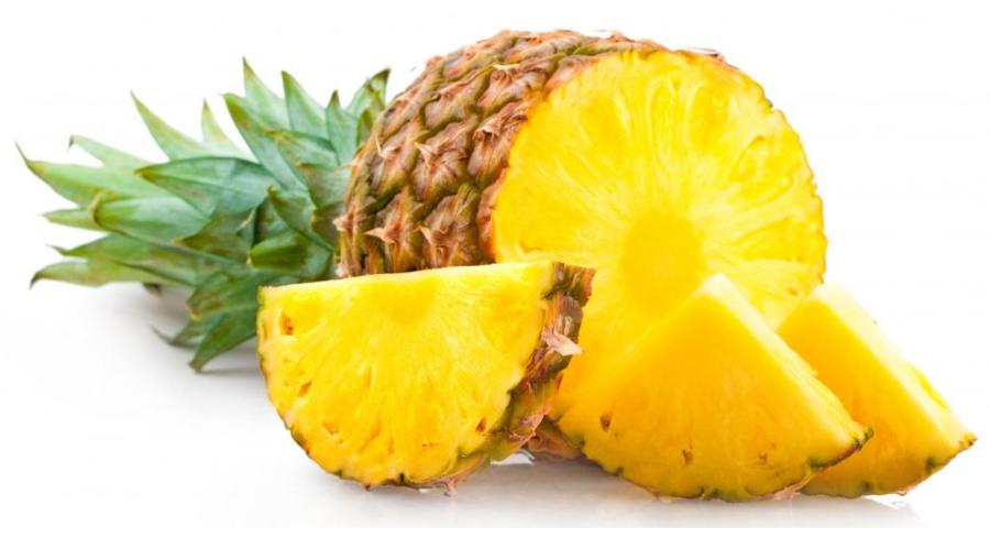 Ananas frutto e fette in primo piano