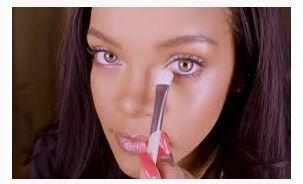 Foto di Rihanna mentre si trucca in uno dei suoi tutorial.