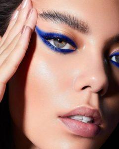 Occhi color blu pantone 2020