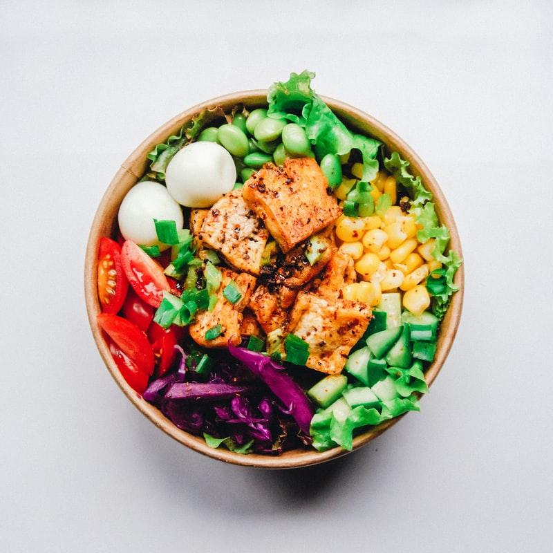 cosa sono le bowls: bowl ipocalorica con tante verdure e tempeh