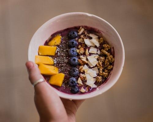cosa sono le bowls, una bowl dolce per colazione con frutta e granola