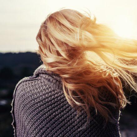Schiarire i capelli naturalmente: 10 modi per farlo senza danneggiarli