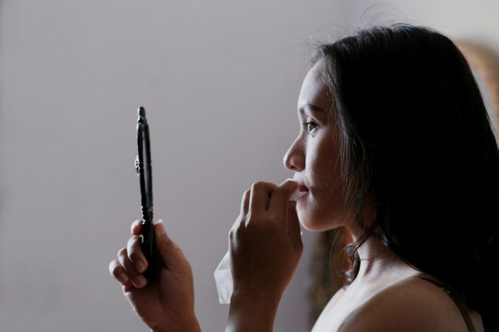 Rimuovere il make up durante la skin care routine